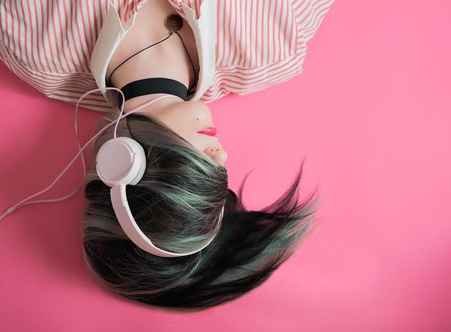 podcast-fotografia-ragazza-ascolta-cuffie